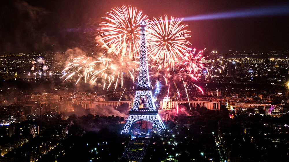 1024px-2013_Fireworks_on_Eiffel_Tower_28.jpg