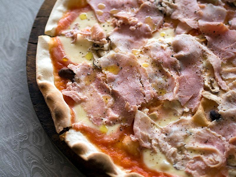 2014_Pizza_con_funghi_e_prosciutto_cotto_e_mozzarella_di_bufala